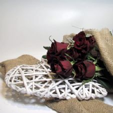 Bouquet of 10 Red roses with a wooden heart/ Μπουκέτο με 10 κόκκινα τριαντάφυλλα και ξύλινη καρδιά